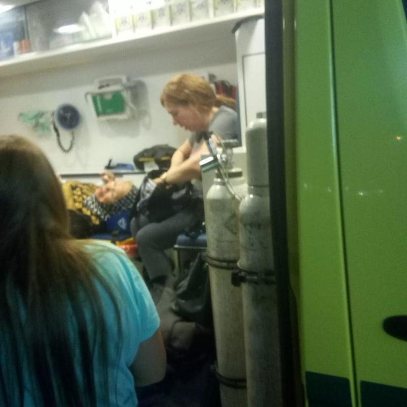 دينا ووالدتها في سيارة الاسعاف
