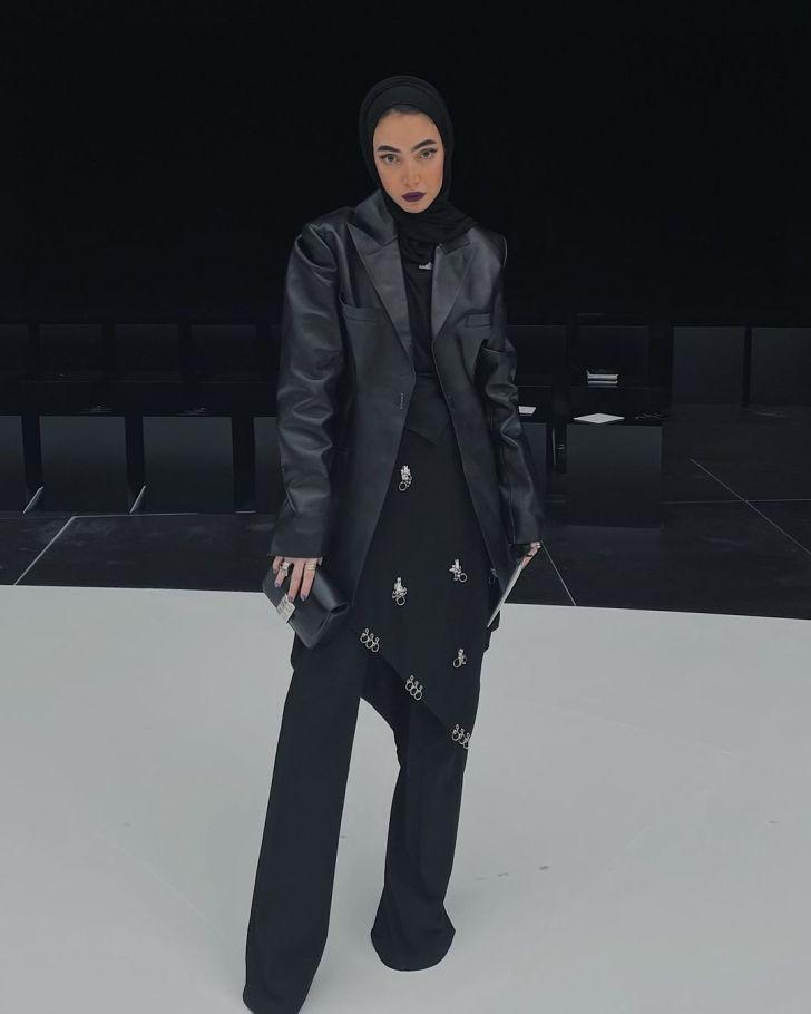 أزياء سوداء مغطاة مستوحاة من إطلالة لينا الغوطي