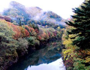 紅葉の七峰館を望む