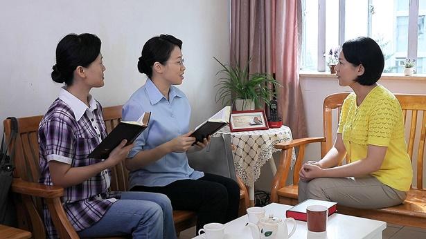 三名基督徒正在聚会中