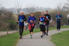 Läufer laufen Richtung Kloster