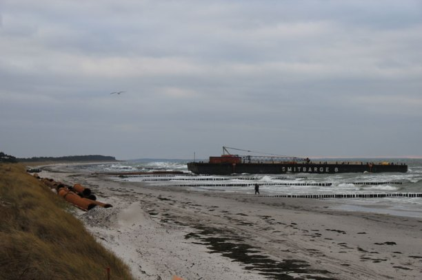 Ponton Smitbarge 8 am Strand in Vitte