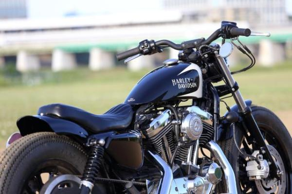 黒いラバーマウント スポーツスターカスタム、ガソリンタンクとシートとRフェンダーはワンオフ製作
