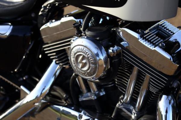 ラバーマウント スポーツスターをベースに黒いカスタム車両を製作。キャブカバーはHDMオリジナル製品です。