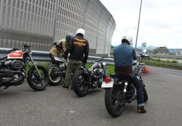 ヒデモのスポーツスターカスタム、ヒデモのショベルカスタム、ヒデモのBMWカスタム車両でのツーリング風景