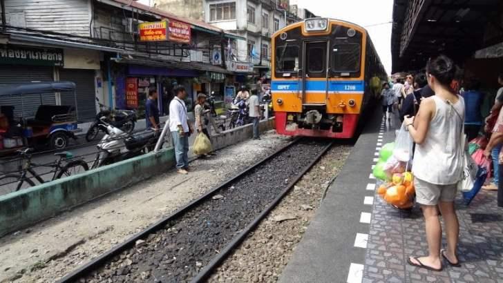 Met de lokale trein naar Mahachai