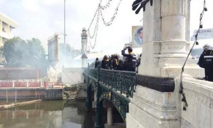 Politieagent gedood bij rellen in Bangkok