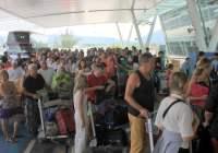 lange wachtrijen op phuket airport