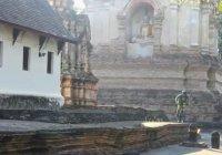Mountainbiken op een Thaise tempel