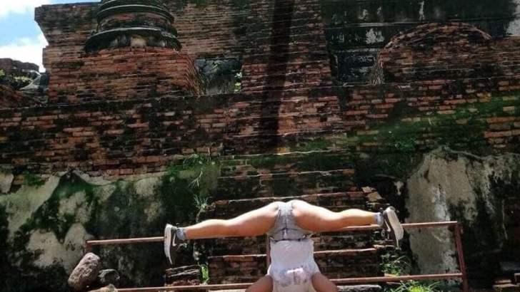 Toeristen aan de schandpaal bij Ayutthaya Historical Park