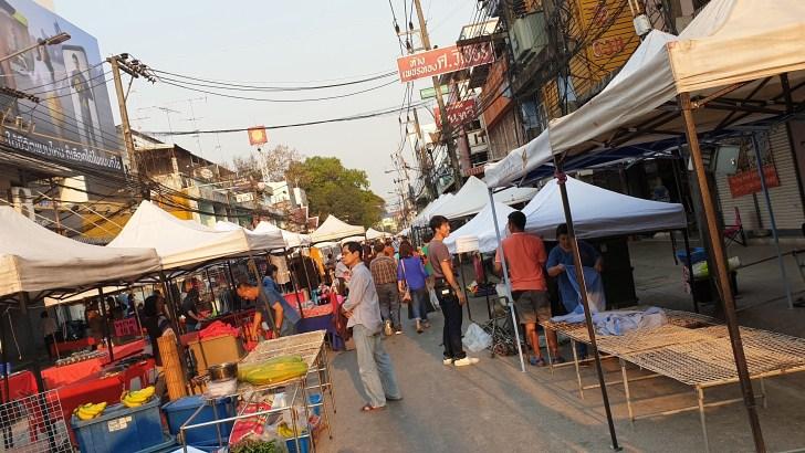 Eten op de markt in Thailand