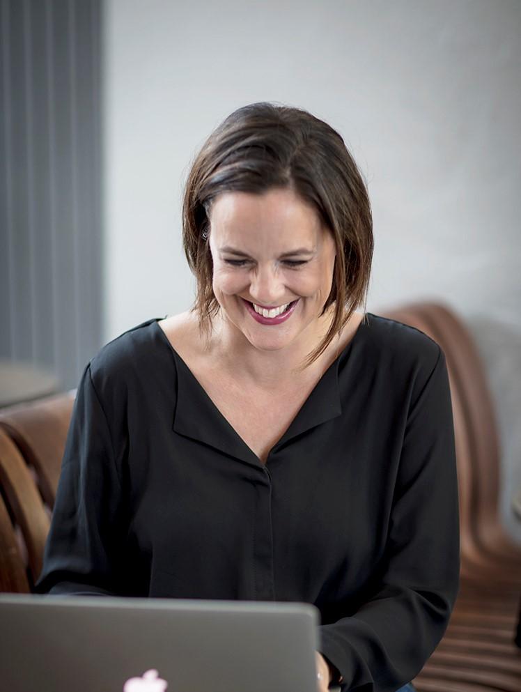 Bild på Elin från High coast publishing som sitter med en dator.