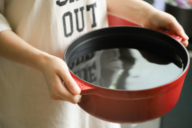 Use a hot pot to clean the pot spots