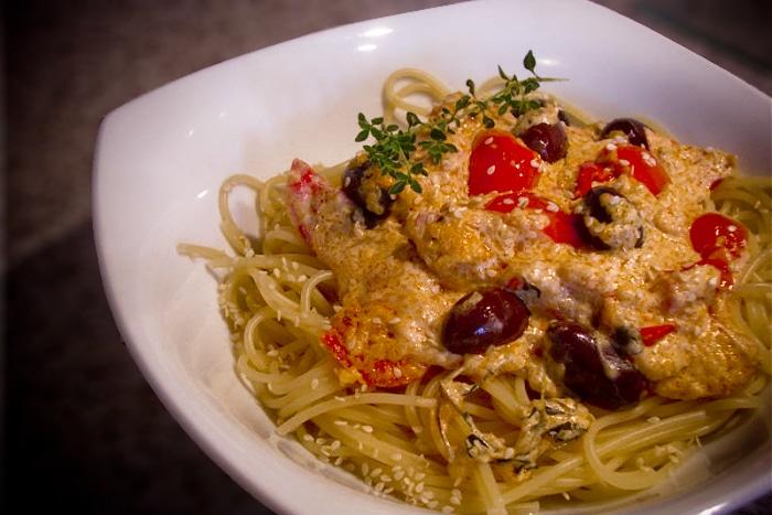 Spaghetti mit karamelisierten Tomaten und Sesam