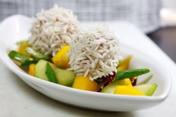 Hühnchen-Reisbällchen mit Gurken-Mangosalat
