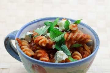 Fussili Pomodoro mit schwarzen Oliven, getrockneten Tomaten und Pancetta