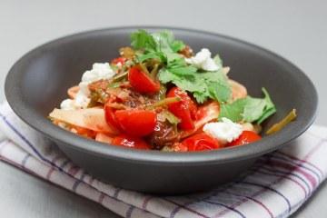 Pasta Marrakesch mit Zuckerschoten, Datteln und Kirschtomaten