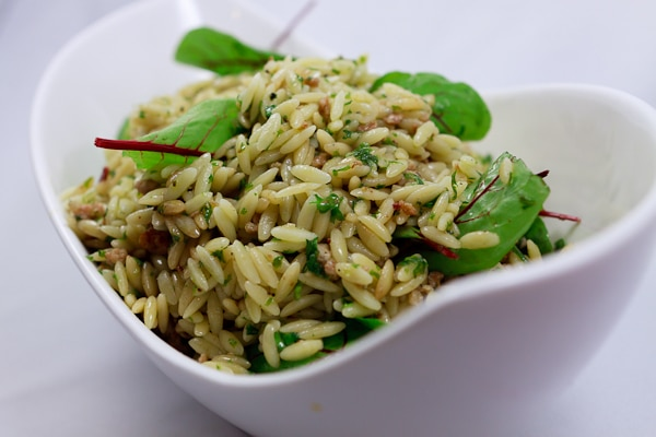 Risoni-Salat mit Bratwurst-Petersiliendressing