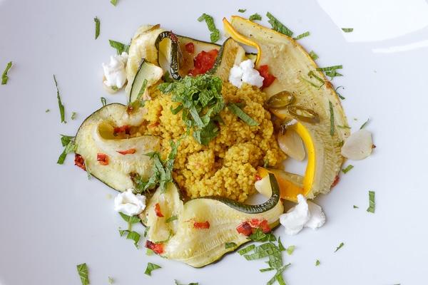 Gegrillte Zucchini mit Couscous und Ziegenkäse