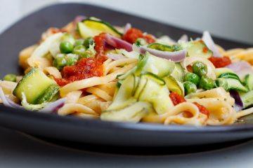 Linguine mit Zucchini, Zitrone und Ajvar