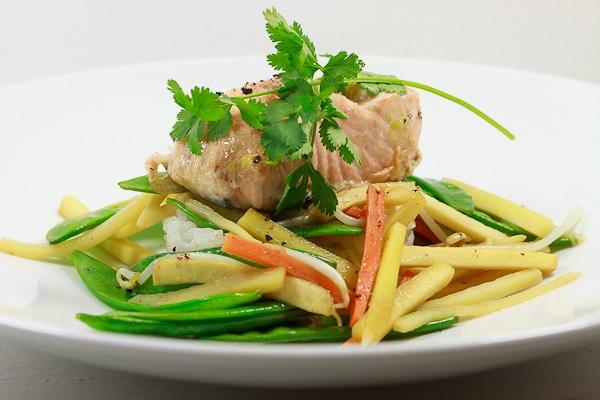 Teriyaki-Lachs mit Gemüse uns Reis