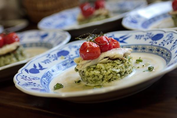 Forelle auf Pistou-Risotto mit Bouillabaisse-Sud und confierten Tomaten