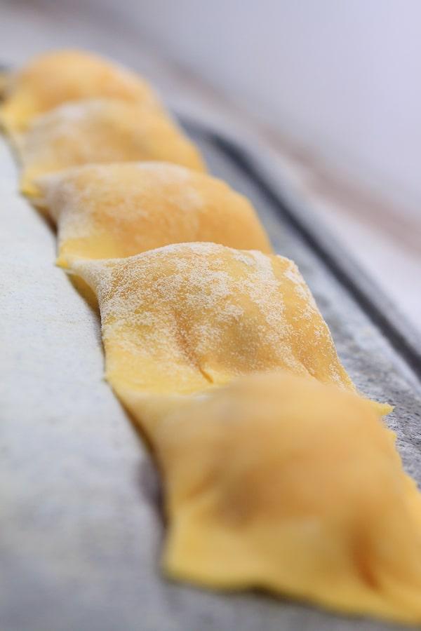 Kürbis-Ravioli mit Pinienkern-Butter auf gedünstetem Lauch