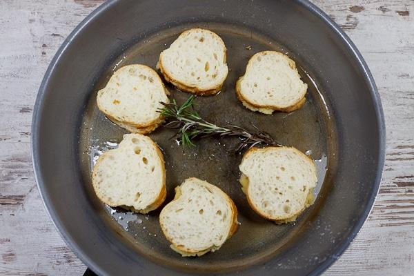 Lackierte Entenbrust auf gedämpftem Spinat mit Rosinen-Tellycherry-Pfeffer-Sauce und gefülltem Weißbrot