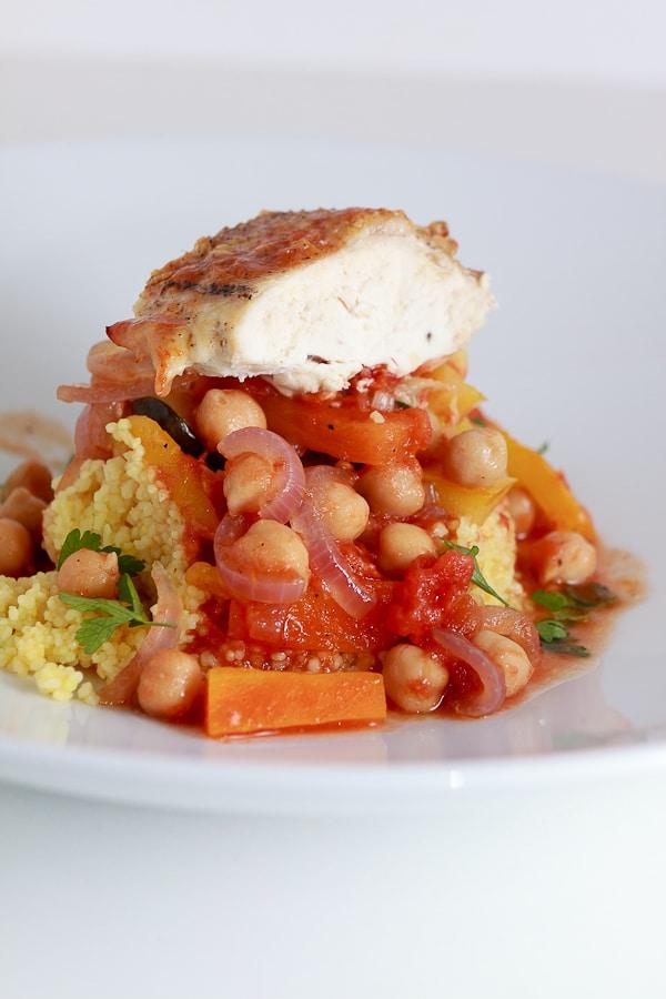 Tajine mit Huhn, Kichererbsen, Couscous und Gemüse