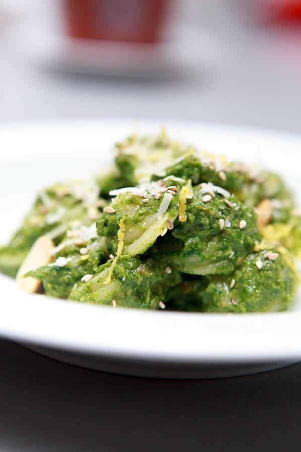 Orecchiette mit Spinat-Bärlauch-Pesto und Erdnüssen