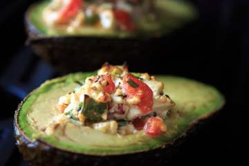 gegrillte-avocado-mit-tomaten-feta-fuellung-2