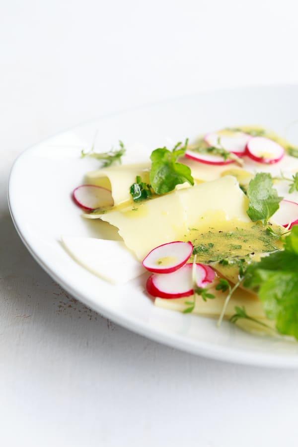 Rettich-Radieschen-Salat mit Emmentaler und einer Weizenbier-Vinaigrette