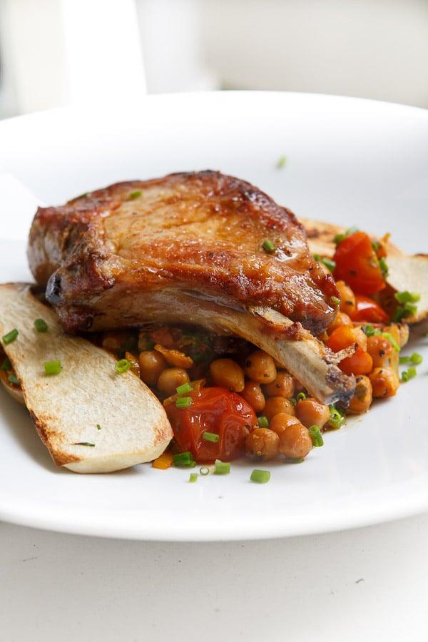 Kotelett vom Iberico-Schwein im Madeirasud mit Kichererbsen