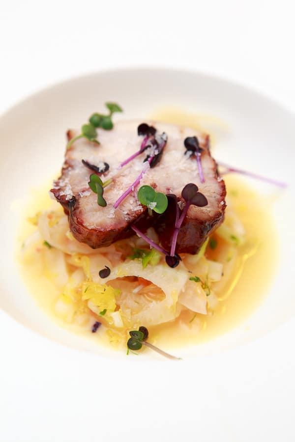 Glasierter Schweinebauch vom Grill auf Blutorangen-Fenchel-Salat