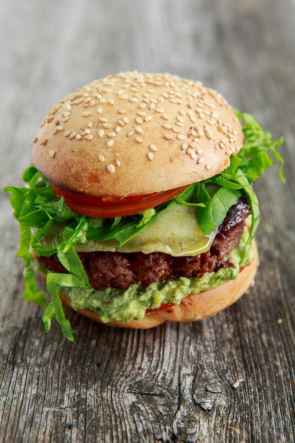 Hickory Smoked Burger mit Hummus von dicken Bohnen und Bärlauch