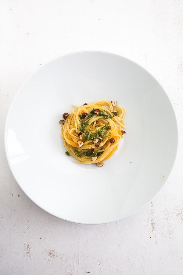 Pasta mit Möhren-Sugo und Petersilien-Haselnuss-Pesto