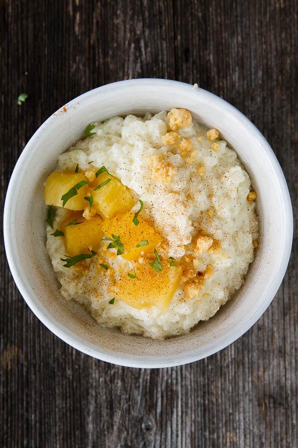 Reisbrei mit Ananas-Kompott, Minze und Milch-Crumble