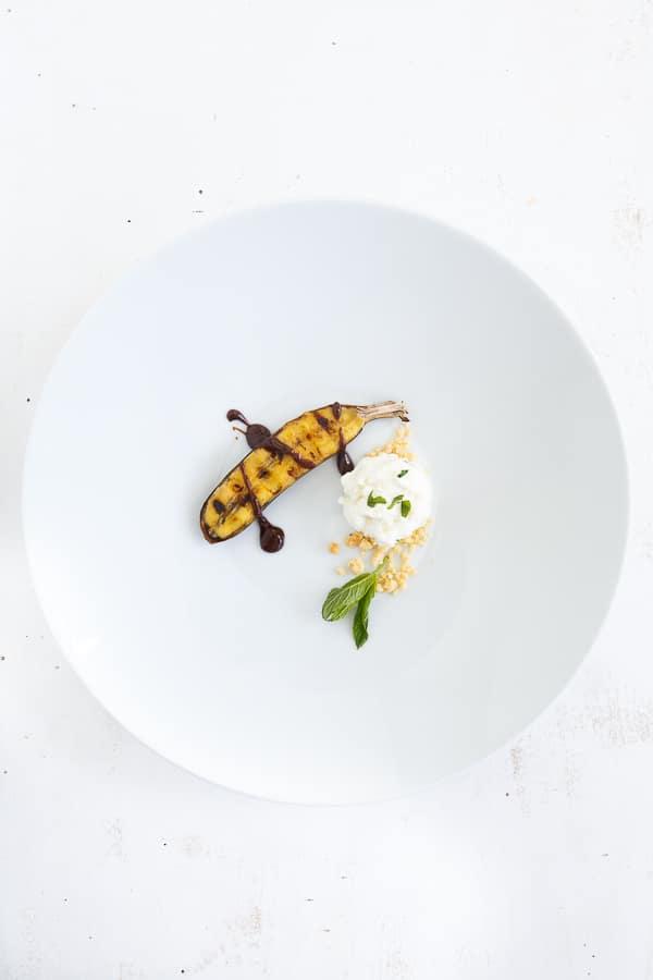 Grillbanane mit Minze, Sauerrahmeis und Schokoladensauce