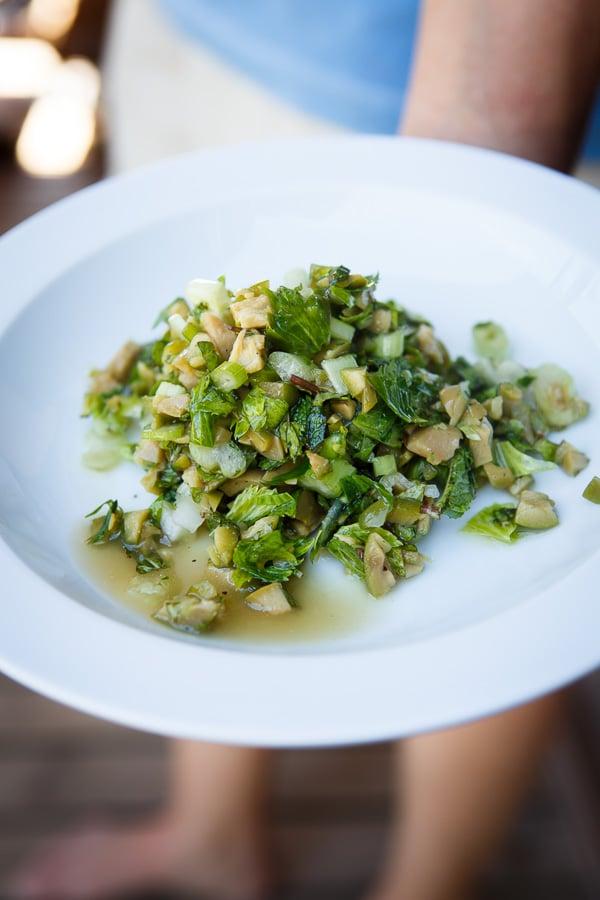 """""""Insalata di olive verdi schiacciate"""" mit Oliven, Minze und Staudensellerie"""