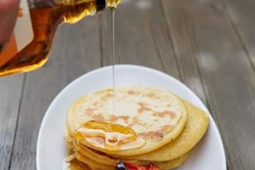 pancakes-ahornsirup-vanille-pflaumen