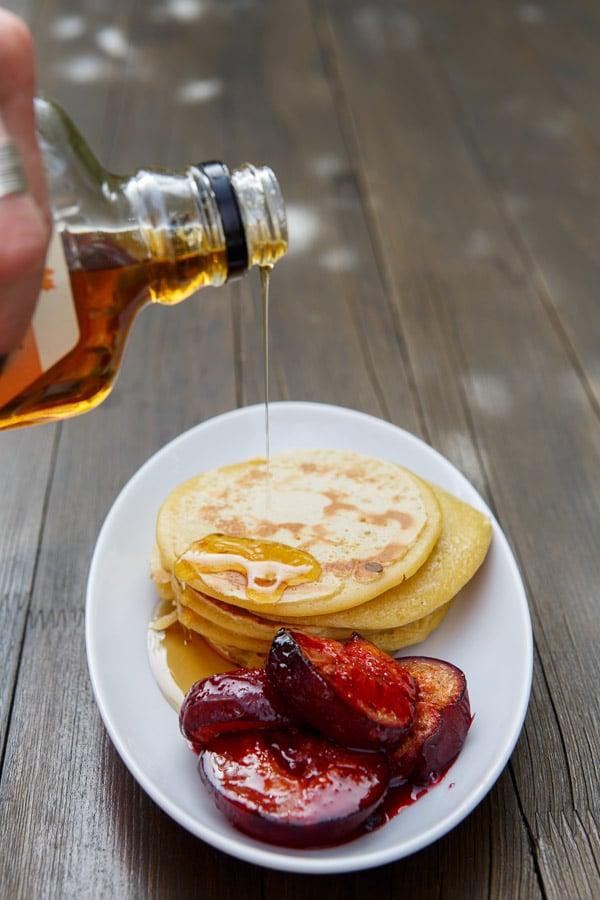Pancakes mit Ahornsirup und Vanille-Pflaumen