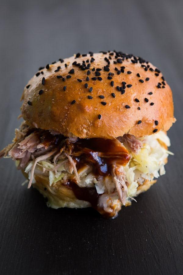 Pulled-Pork-Burger mit Krautsalat und BBQ-Sauce