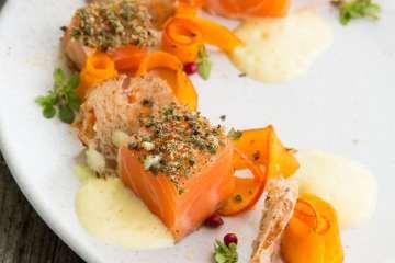 sashimi-vom-lachs-rose-sabayon-kuerbis-carpaccio-pfefferbrot-2