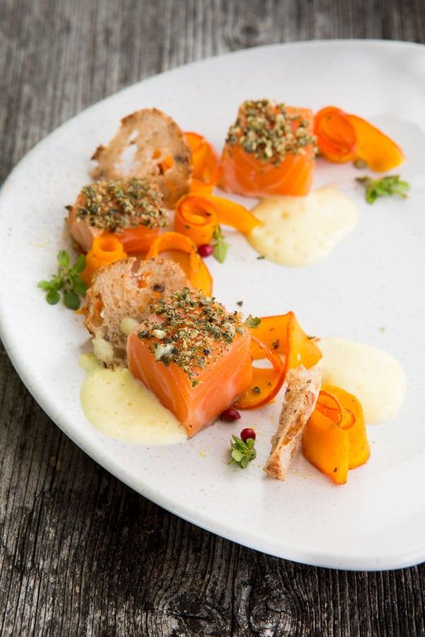 Sashimi vom Lachs mit Pfefferbrot, Kürbis-Carpaccio und Rosé-Sabayon