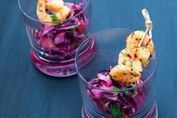 scharfe-koriander-garnelen-auf-rotkohl-orangen-salat