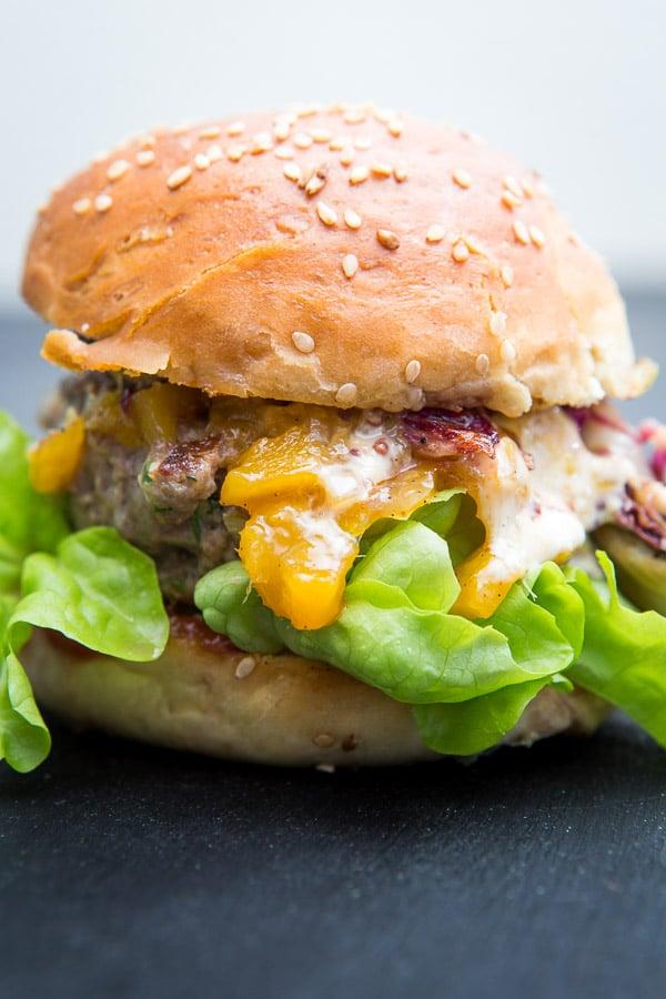 Burger mit Radiccio, Scamorza und Mango-Chutney