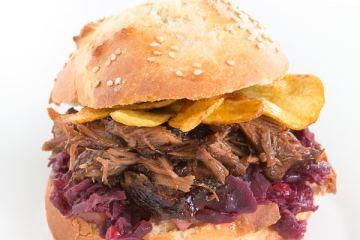 kalbsbaeckchenburger-mit-rotkohl-birnen-chutney-kartoffelchips
