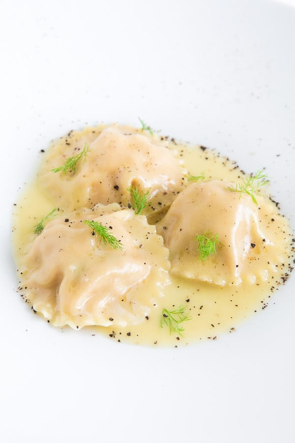Lachs-Ravioli mit Limonen-Beurre-Blanc und Fenchelkraut