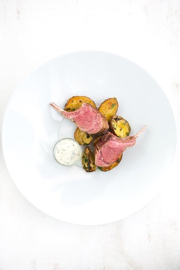 lammkotelett-vom-grill-kraeuterkartoffeln-apfel-aioli
