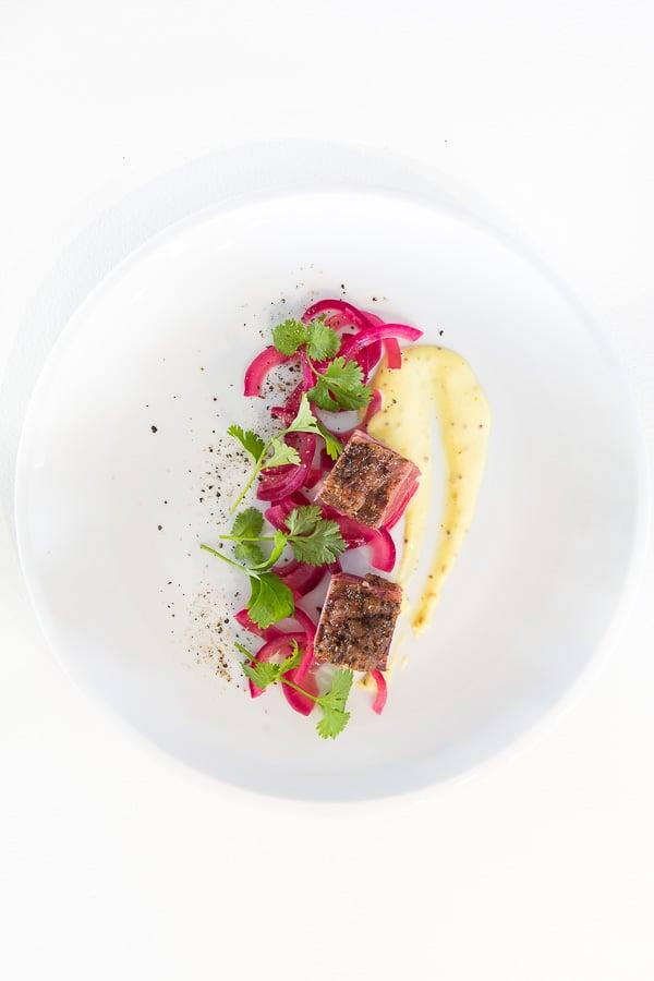 Pastrami sous-vide mit Essigzwiebeln und Senf-Aioli